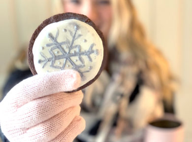 The easiest way to hand paint cookies! So trendy, cute, and a family-friendly activities so artists and kids alike can having fun painting cookies.